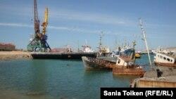 Старые корабли в Баутинской бухте. 3 мая 2013 года.