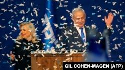 Бенямин Нетаняху и жена му Сара пред симпатизанти на Ликуд след обявяването на победата