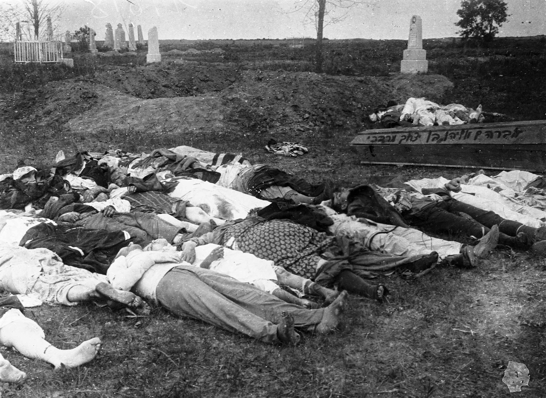 Жертвы погрома, совершенного польской и украинской армиями. 1920. Фото: ЦГКФФА Украины имени Г. С. Пшеничного