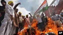 Сторонники оппозиционной Партии Бхаратия Джаната сожгли символ нынешнего правительства Индии во время демонстрации в г.Амритсар. Они потребовали от правительства на деле бороться против коррупции. 16.8.2011. AP.