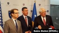 Pamje nga konferenca e kongresistëve amerikanë Peter Roskam dhe David Price, me kryetarin e Kuvendit, Kadri Veseli, Prishtinë 19 shkurt 2017.