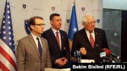 Američki kongresmeni Peter Roskam i David Price sa predsednikom Skupštine Kosova Kadri Veseljijem