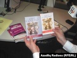 Şahbaz Xuduoğlu piratçılıq üsulyla çap edilən və qanuni kitabları nümayiş etdirir