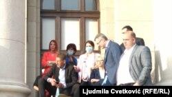 Martinović sa poslanicima Srpske napredne stranke ispred Skupštine Srbije, 10.maj