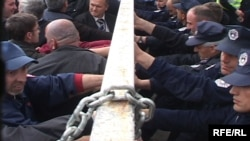 Punëtorët e Posë-Telekomit të Kosovës duke protestuar para Kuvendit kundër privatizimit të PTK-së.