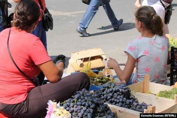 Copii aduși de părinți să muncească la piață
