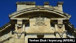 Резные каменные украшения на фасаде дома Хлебникова