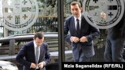 Эксперты не исключают, что в связи с отставкой Аласания на правительство «Грузинской мечты» обрушится шквал критики западных партнеров, ведь в его поддержку заявление уже сделал посол США. За делом пристально следят и другие дипломаты