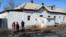 Оралманы рядом со зданием бывшего детского сада, в котором они живут и которое местные власти признали аварийным. Кызылординская область, февраль 2017 года.