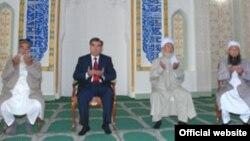 Тәжікстан президенті Эмомали Рахмон жаңа ашылған мешітте отыр. (Көрнекі сурет)