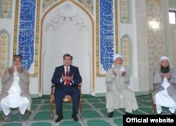 Президент Таджикистана Эмомали Рахмон (в центре) на открытие новой мечети. Иллюстративное фото.