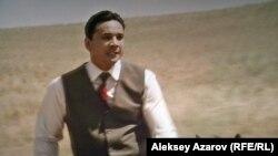 В этом эпизоде Нурсултан Назарбаев в исполнении Берика Айтжанова в бытность председателем Совета министров Казахской ССР лихо скачет на лошади во время рабочей поездки в один из колхозов. Кадр из фильма «Так сложились звезды».