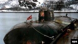 Архівне фото пришвартованого до причалу на базі Відяєво (Росія) підводного човна «Курськ»
