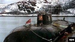 Архивное фото пришвартованной к причалу на базе Видяево (Россия) подводной лодки «Курск»