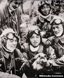 Японские пилоты-камикадзе перед вылетами на первое и последнее боевое задание. 1945 год