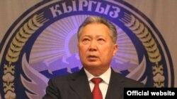 Президент К. Бакиев элге жолдогон куттуктоосунда Баш мыйзам кыргызстандыктардын күнүмдүк турмушунун ажырагыс бөлүгү болуп калды деп белгиледи.