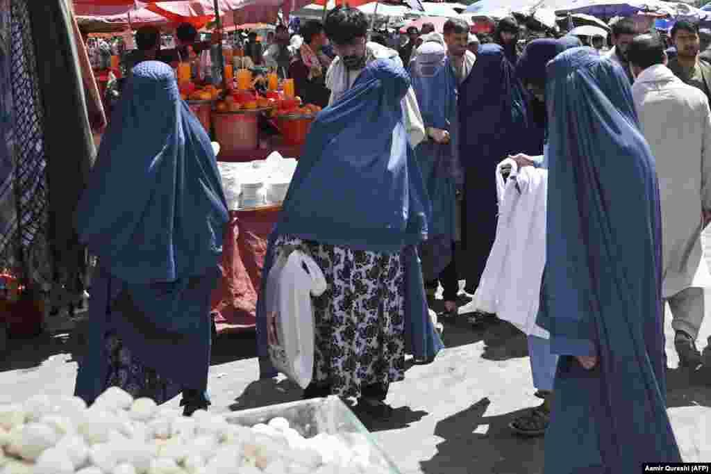 Женщины в бурках на рынке в Кабуле, 28 августа 2021 года. Спрос на такую одежду, которая была обязательной для женщин при предыдущем режиме талибов, резко возрос в последние недели