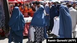 Burkát viselő nők Kabul belvárosában 2021. augusztus 28-án
