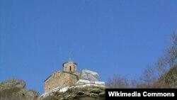 Шоанинский храм, или храм Святого Георгия, не является действующим храмом, но находится рядом с осетинским селом, за ним ухаживают селяне, у храма ежегодно празднуют День Святого Георгия