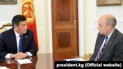 Президент Кыргызстана Сооронбай Жээнбеков и президент «Радио Свободная Европа/Радио Свобода» Джейми Флай. Бишкек. 29 августа 2019 года.