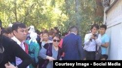 Граждане Киргизии у места гибели девушек