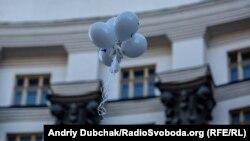 Повітряні кульки з написом 654 112 пролітають повз вікна Кабміну. За словами організаторів акції, саме стільки в Україні видано посвідчень учаників бойових дій