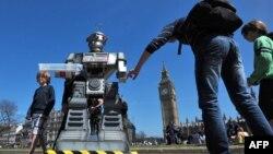 """Жолоочулар """"адам өлтүргүч роботтун"""" жанында. Лондон, 23-апрель 2013"""