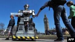 Қотил роботлар ишлаб чиқарилишига қарши ўтказилган акциядан лавҳа, Лондон, 2013 йил апрели.