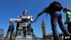 Жартівливий макет робота під час заснування «Кампанії зупинки «роботів-убивць» у Лондоні, 2013 рік