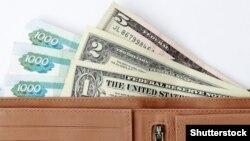 Ресей рублі мен АҚШ доллары. (Көрнекі сурет)
