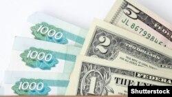 Банкноты номиналом тысяча российских рублей, один доллар, два доллара и пять долларов США. Иллюстративное фото.