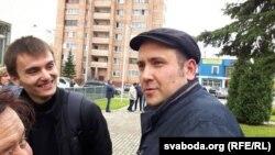 Яўген Рагачоў (справа) пасьля завяршэньня працэсу ў Менскім гарадзкім судзе