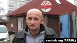 Кастусь Жукоўскі каля свайго дому, архіўнае фота