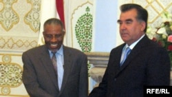 Tajik President Emomali Rahmon (right) shakes hands with Ahmad Muhammad Ali, Islamic Development Bank chairman, in Dushanbe on May 17.