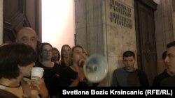 Građani ispred Rektorata Beogradskog univerziteta su dali podršku studentima koji blokiraju tu zgradu.