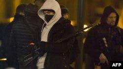 Париждегі Аржантей ауданында жүргізілген рейд кезінде тұрған полицейлер. Франция, 24 наурыз 2016 жыл.