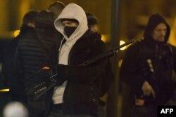 نیروهای سازمان ضدتروریستی فرانسه، شب پنجشنبه به خانهای در منطقه «ارژانتوی» هجوم بردهاند.