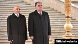 محمد اشرف غنی (چپ)، رئیس جمهوری افغانستان با امام علی رحمان، همتای تاجیکاش در شهر دوشنبه