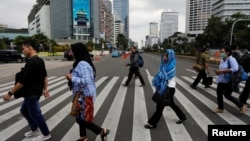Indonesia -- People cross the main street in Jakarta, Indonesia, February 6, 2019.