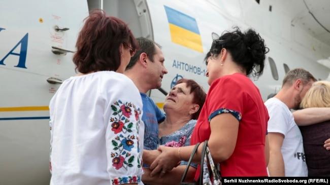 Володимир Балух з матір'ю Наталією (в центрі) в київському аеропорту «Бориспіль» 7 вересня 2019 року