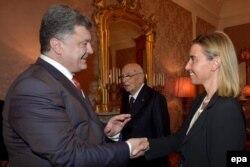 Федеріка Моґеріні (п) вітається з Петром Порошенком (л), позаду Джорджо Наполітано (с), під час зустрічі в Мілані, 16 жовтня 2014 року
