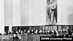 Congresul XX al PCUS (1956): N. Hrușciov dă citire raportului privind destalinizarea (Sursă: BNRM)