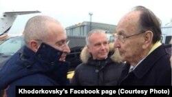Михайла Ходорковського (л) зустрічає на летовищі в Берліні колишній віце-канцлер і голова МЗС Німеччини Ганс-Дітріх Ґеншер (п)