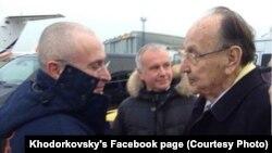 Аввалин акси Ходорковский бо Ҳанс Дитрих Геншер, дар фурудгоҳи Берлин, 20 декабри соли 2013.
