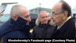 М.Ходорковскийди Берлин аэропортунда Германиянын мурдагы тышкы иштер министри Ганс Дитрих Геншер тосуп алды, 20-декабрь, 2013