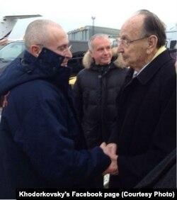 Михаил Ходорковский и Ханс-Дитрих Геншер в Берлине. В центре - политолог Александр Рар