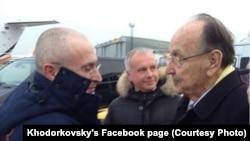 Mikhail Khodorkovsky (majtas) dhe Hans-Dietrich Genscher në aeroportin e Berlinit