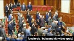 Народний депутат Максим Бужанський із фракції «Слуга народу» (на фото сидить) – єдиний, хто не у парламенті вшанував стоячи пам'ять загиблих учасників Революції гідності хвилиною мовчання у Верховній Раді 19 лютого 2020 року