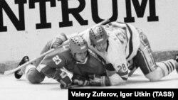 """Международных хоккейный турнир """"Приз """"Известий"""", Александр Герасимов (слева) и Моймир Божик"""