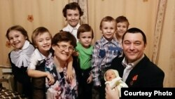 Svetlana Davydova, husband Anatoly Gorlov, and their seven children